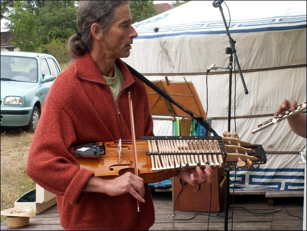 Marcel Lasson au nikelharpa (instrument suédois)